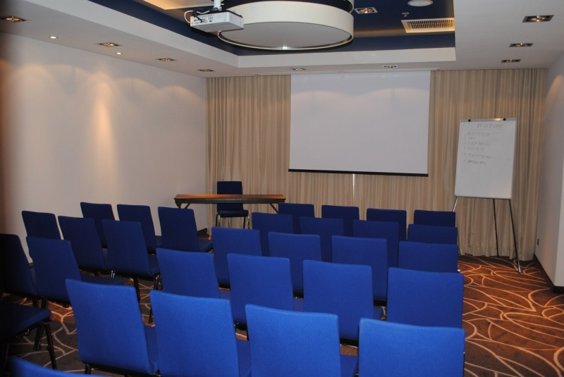 sala-ametist-40-mp-capacitate-44-pers-in-teatru-1